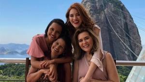 Ana Clara e Gleici posam com suas mães em paraíso no Rio de Janeiro
