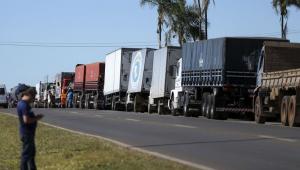 Caminhoneiros fazem protesto contra a alta no preço dos combustíveis na BR-040, próximo a Brasília em 2018