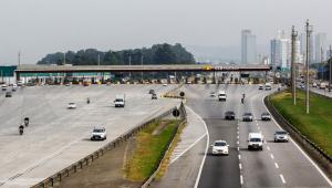 carros andando em rodovia