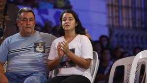 Ágatha Reis, viúva de Anderson Gomes, participa de homenagem ao motorista no centro do Rio de Janeiro