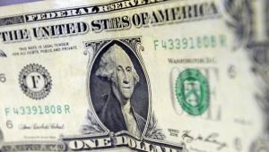 Dólar oscila depois de registrar forte queda na quarta-feira