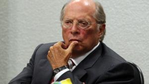 O ex-ministro da Justiça, Miguel Reale Júnior, com cara de sério e mão no queixo