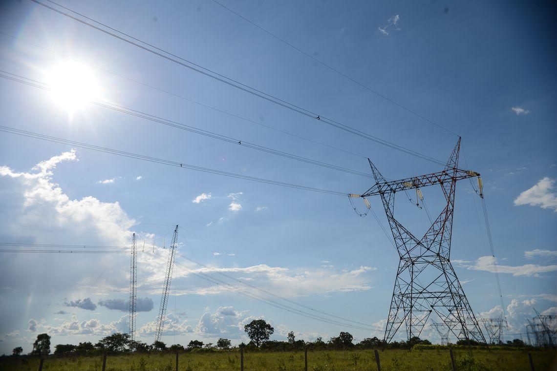 Linhas de transmissão de energia elétrica vistas de baixo
