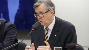 Senador Heinze falando em microfone