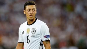 Özil anuncia aposentadoria da seleção alemã e acusa federação de discriminação