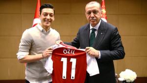 Özil se defende de críticas por foto ao lado do presidente da Turquia
