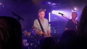 Paul McCartney faz show grátis surpresa em bar