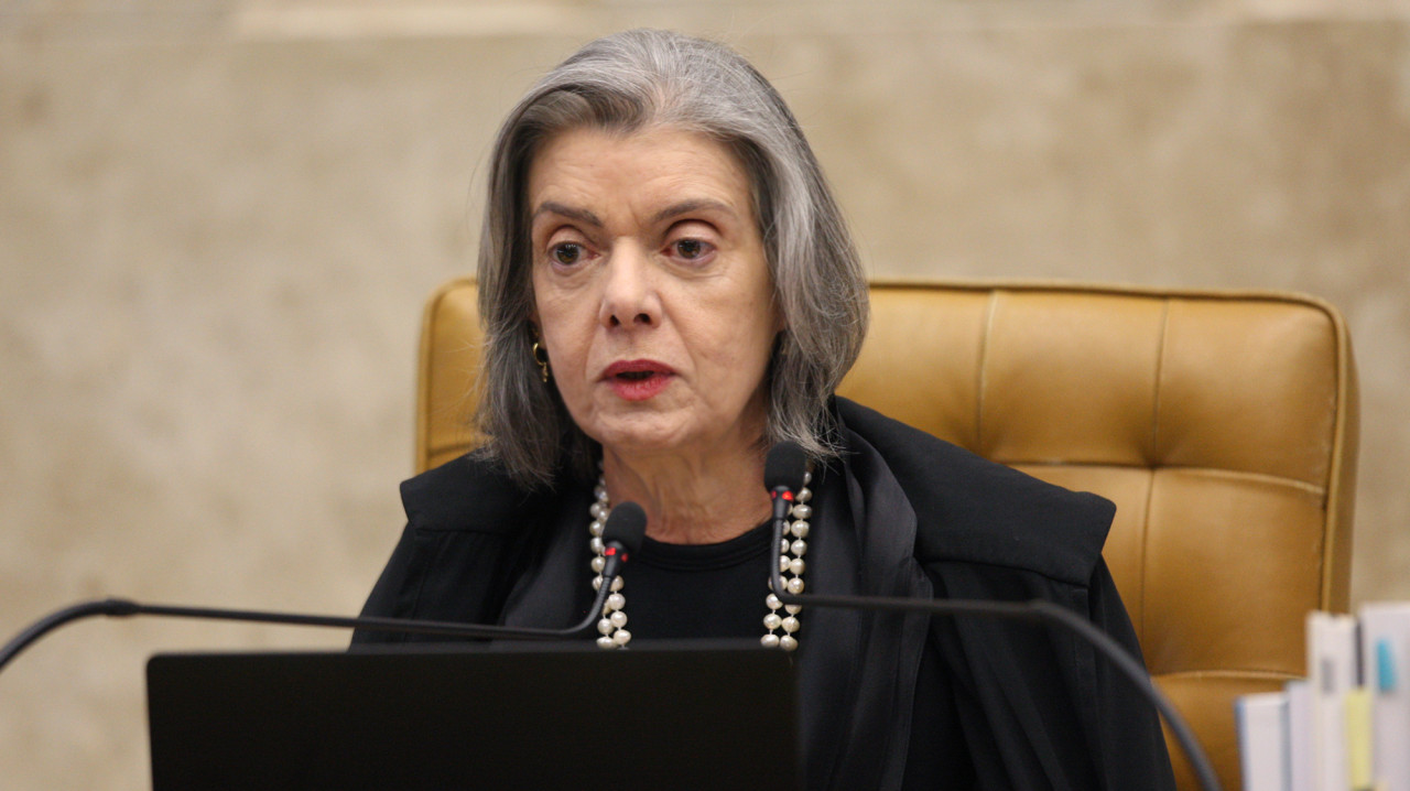 Ministra no plenário do STF