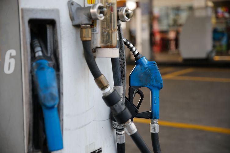 Duas bombas de combustível azuis