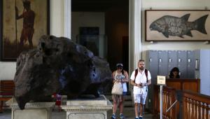 : RJ - MUSEU NACIONAL/ARQUIVO - GERAL - Foto de arquivo de 05/04/2018 do meteorito Bendegó, o maior já encontrado no Brasil, com 5,2 toneladas, exposto no Museu Nacional, na Quinta da Boa Vista, na zona norte do Rio de Janeiro. O acervo do museu foi atingido por um incêndio de grandes proporções na noite do domingo, 02. Especializado em história natural e mais antigo centro de ciência do País, o Museu Nacional completou 200 anos em junho em meio a uma situação de abandono. Quando o fogo começou, a visitação ao museu já havia sido encerrada e estavam no prédio quatro vigilantes. Ainda não se sabe a causa do incêndio. Não houve feridos. 05/04/2018 - Foto: FÁBIO MOTTA/ESTADÃO CONTEÚDO