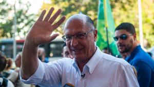 Geraldo Alckmin acenando