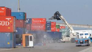 Máquina em local de importação. Várias caixas azuis e vermelhas