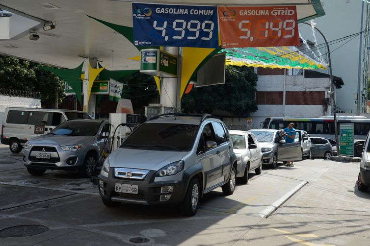 Fila de carros nos postos de combustível