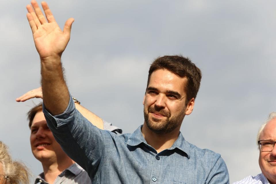 O governador do Rio Grande do Sul, Eduardo Leite, acenando para apoiadores