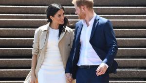 Meghan Markle e príncipe Harry são fotografados descendo escadas de mãos dadas
