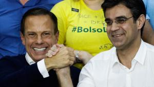 João Doria e Rodrigo Garcia dando as mãos