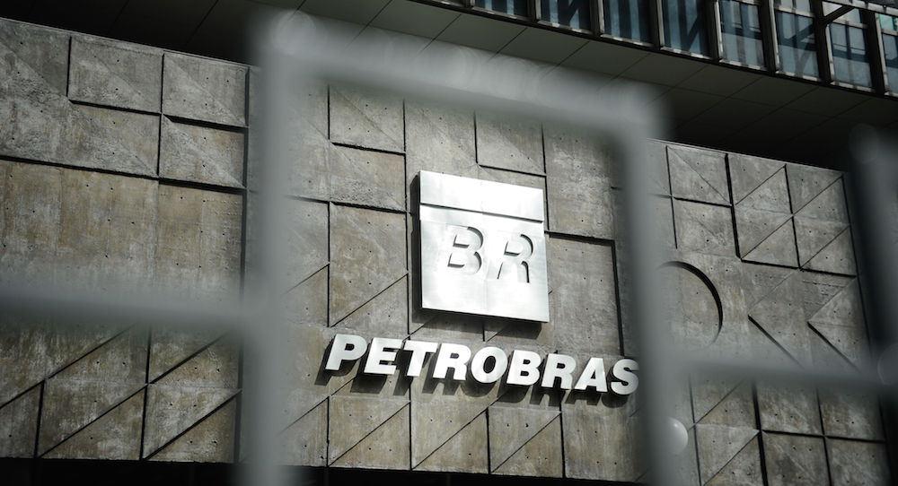 """Fachada da Petrobras escrito em prata em uma placa """"BR Petrobras'"""
