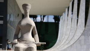 estátua da justiça que fica em frente ao STF