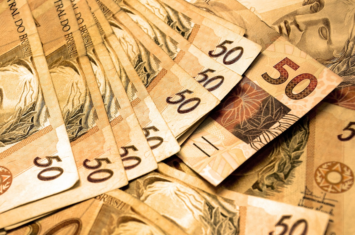 Cédulas de R$50 colocadas em sequência
