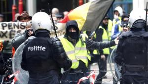 Milhares da manifestantes dos 'coletes amarelos' saíram às ruas de Paris, França, neste sábado (8) contra o presidente do país, Emmanuel Macron