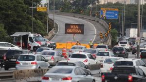 Retorno do feriado tem estradas com chuva e queda de barreiras em SP