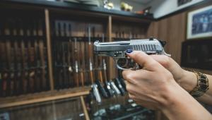 Pessoa ponta arma de fogo