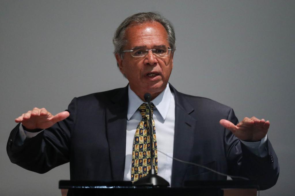 Paulo Guedes diz que governo vai abandonar 'legislação fascista da CLT'
