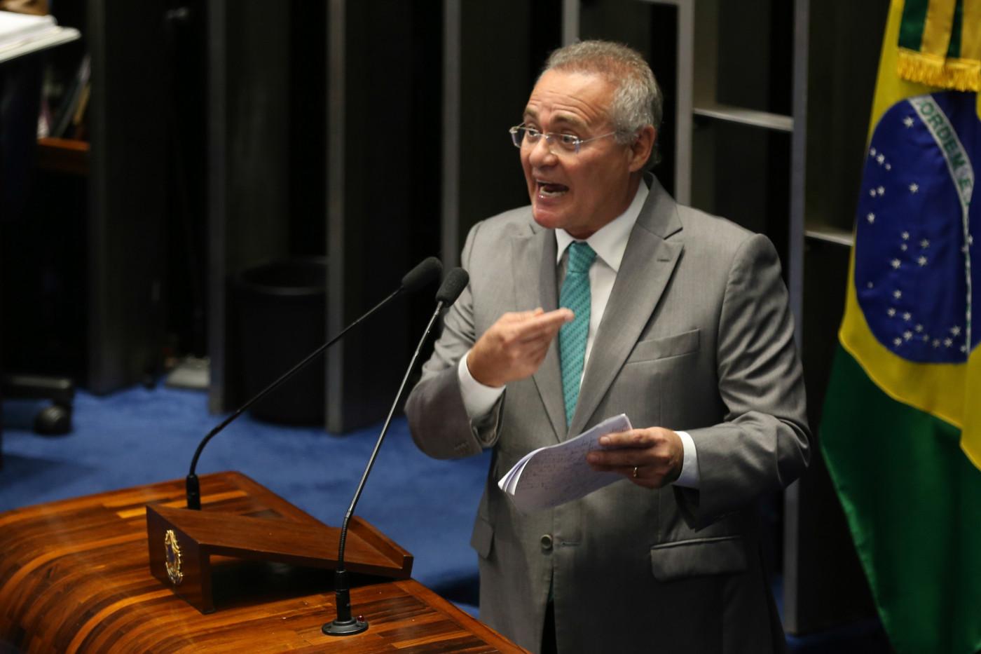 Senador discursa na tribuna do Senado