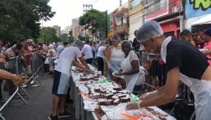 O bairro do Bexiga tem o tradicional bolo gigante nesta sexta-feira (25), para comemorar os 465 anos de São Paulo