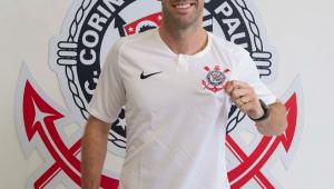 Jogador Muaro Boselli com a camiseta do Corinthians