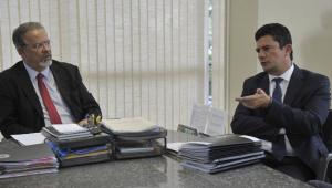O agora ex-ministro da Segurança Pública Raul Jungmann e o novo ministro da pasta, o ex-juiz federal Sergio Moro