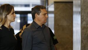 O ex-chefe da Casa Civil do governo Sérgio Cabral, Régis Fichtner, chega preso à sesde da Polícia Federal