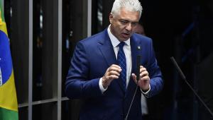 Homem de terno e gravata e cabelos grisalhos