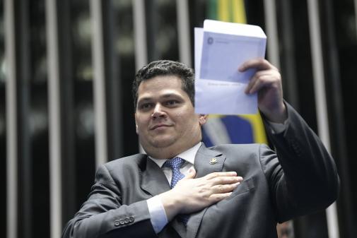 'Brasil mostra grandeza', diz Alcolumbre em sessão que aprovou Previdência