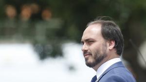 Bolsonaro critica PT por 'ir para cima' do seu filho Carlos