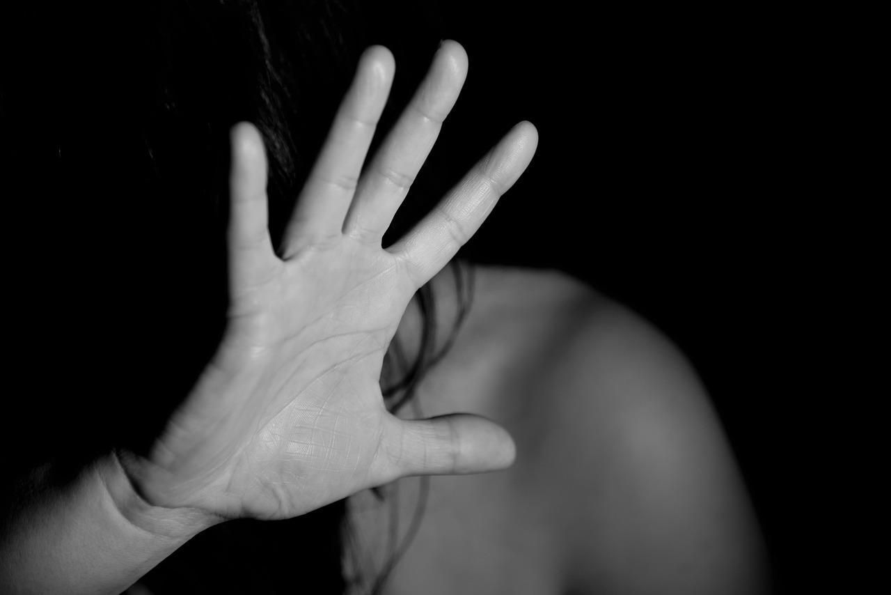 Mulher levantando a mão em foto preto e branco