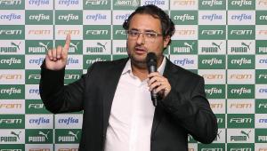 Alexandre Mattos, ex-diretor do Palmeiras, falando ao microfone