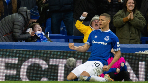 Richarlison, do Everton, doa 500 cestas básicas para comunidades carentes