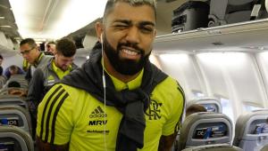Flamengo chega ao Catar e é recebido aos gritos de 'Mister' e 'fica, Gabigol'