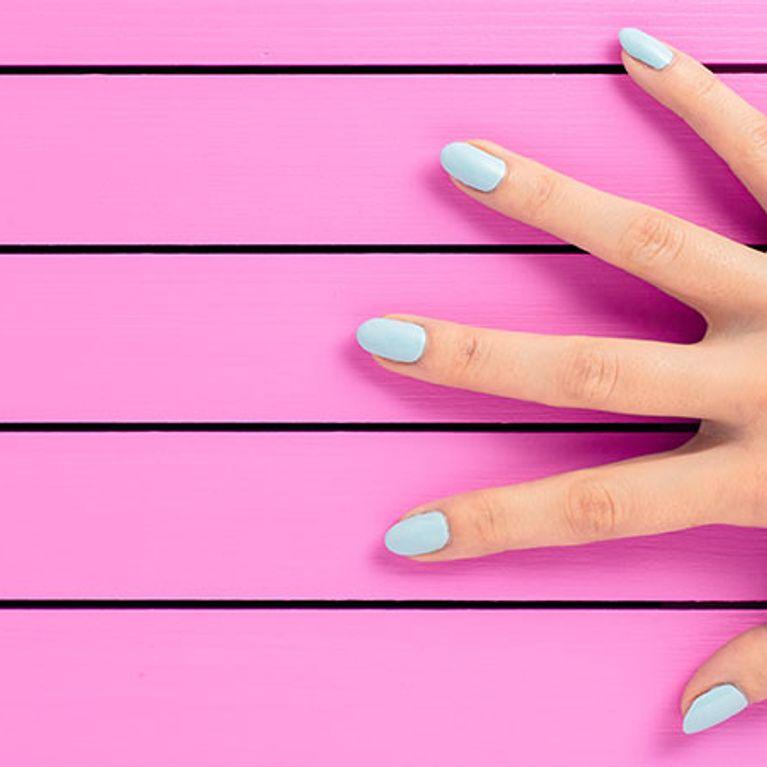 Mãos com unhas pintadas