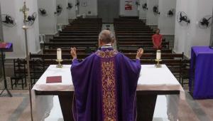 igreja vazia durante missa
