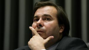 Rodrigo Maia critica deputado que atacou placa contra o genocídio negro