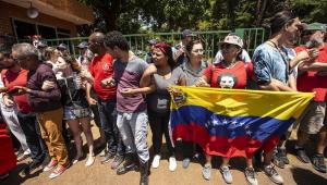 Grupo pró-Guaidó deixa prédio, mas segue na área de embaixada da Venezuela