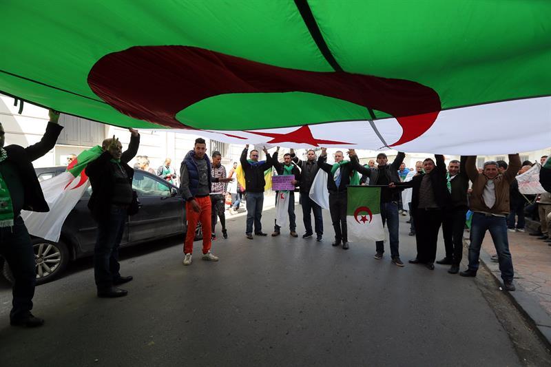 Argelinos protestam contra Bouteflika em 2019