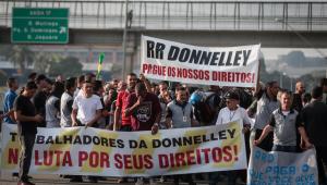Funcionários da gráfica RR Donnelley realizam um novo protesto na manhã desta quarta-feira (3), e voltam a interditar rodovia em São Paulo. O protesto ocorre na frente de uma das sedes da gráfica que iria imprimir a prova do Exame Nacional do Ensino Médio (Enem) deste ano e que anunciou falência nesta segunda (1°).