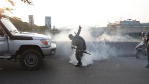 As forças de segurança que ainda apoiam o ditador Nicolás Maduro lançaram bombas de gás lacrimogêneo contra o líder da oposição e autoproclamado presidente interino do país, Juan Guaidó