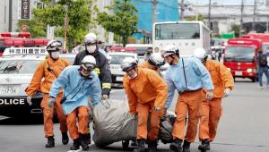 Homem armado com facas mata duas pessoas em um ponto de ônibus em Tóquio, no Japão