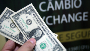 Dólar chega a cair, mas zera queda e fecha estável, a R$ 4,19