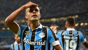 Com gol de bicicleta, Grêmio afunda Chapecoense e emplaca quinta vitória seguida