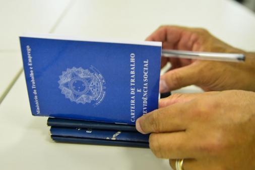 Desemprego recua para 13,7%, mas ainda atinge 14,1 milhões de brasileiros, diz IBGE